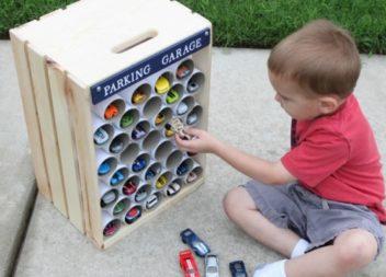 Гараж для дитячих іграшок із ящика та картонного тубусу. Майстер-клас