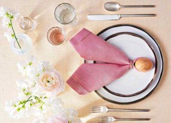 Сервірування столу до Великодня. Складаємо серветку з яйцем