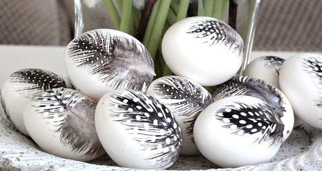 Декор великодніх яєць пір'ям. Ідеї