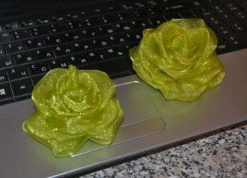 Створюємо брошку-троянду з тканини: майстер-клас