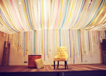 Декоруємо стелю: 21 ідея до свят і не тільки