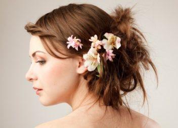 Квіти в волоссі: 25 ідей для зачіски