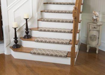 Килим на сходах: 16 стильних прикладів
