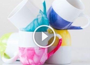 Розмальовуємо чашки у кольоровій воді: відео-урок