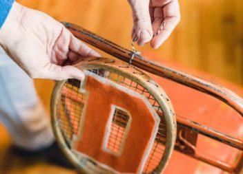 Оригінальні стільці із тенісними ракетками: майстер-клас