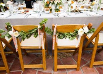 Прикрашаємо стільці до весілля: 21 ідея