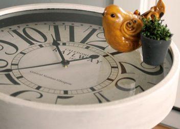 Настінні та настільні годинники для вашої спальної кімнати: 10 ідей