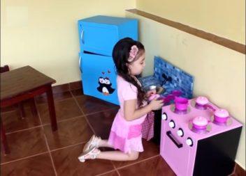 Іграшкова кухня з картонних коробок: відео майстер-клас