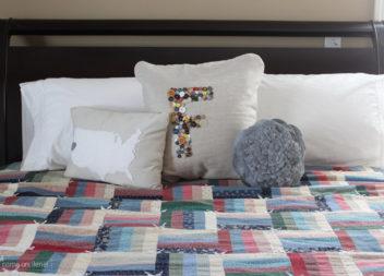 Декоруємо подушку ґудзиками