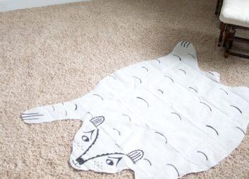 Декор на підлогу: ведмідь з простирадла