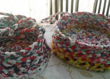 Плетемо кошики-органайзери з поліетиленових пакетів