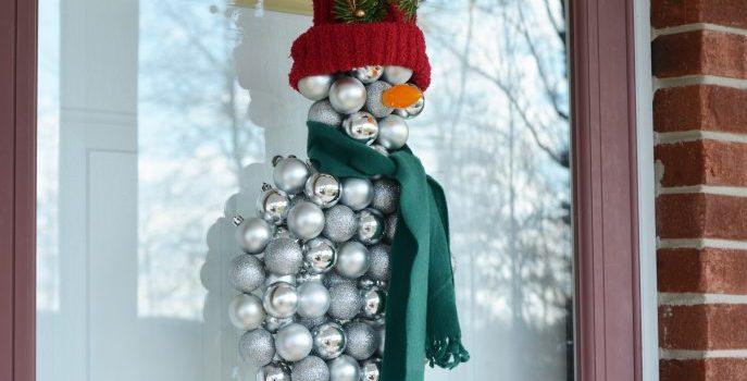 Сніговик з ялинкових прикрас