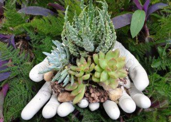 Як самотужки зробити садові горщики у формі рук (майстер-клас)