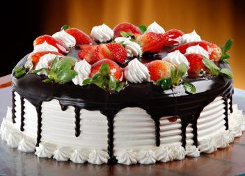 Прикрашаємо торт фруктами (20 смачних варіантів)