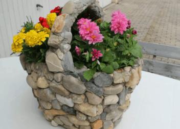 Кам'яне кашпо - ефектна міні-клумба на вашій ділянці