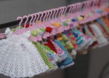 В'яжемо мініатюрні платтячка для ляльки