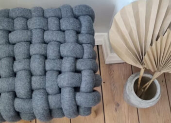 Креативне оформлення старого табурета пледом із IKEA