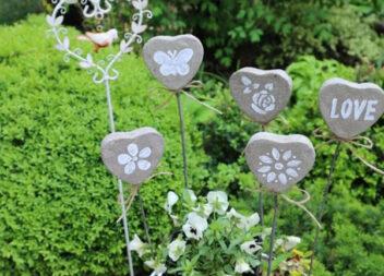 З дешевих форм для запікання можна створити красу для саду