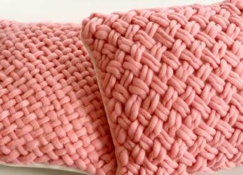 Простий спосіб зробити плетену декоративну подушку із товстої пряжі